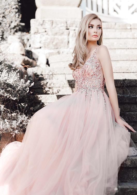 Vestido de noche de tul con pedrería en rosa perla