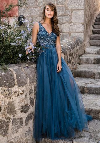Vestido de noche de tul con pedrería en azul hielo