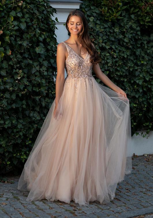 Vestido de noche de tul con pedrería color champagne