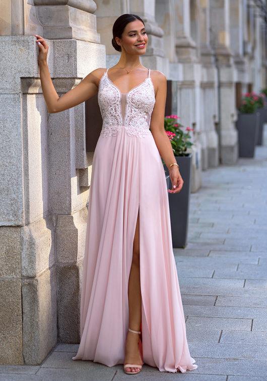 Vestido de noche con adornos bordados en rosa perla